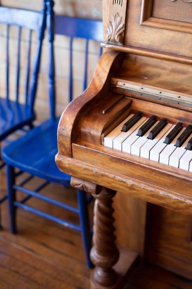 suzanne Richard au piano au café